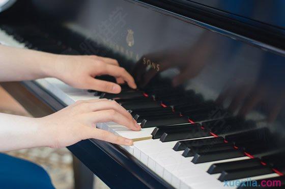 一般上幼儿园的孩子就可以学习钢琴了.