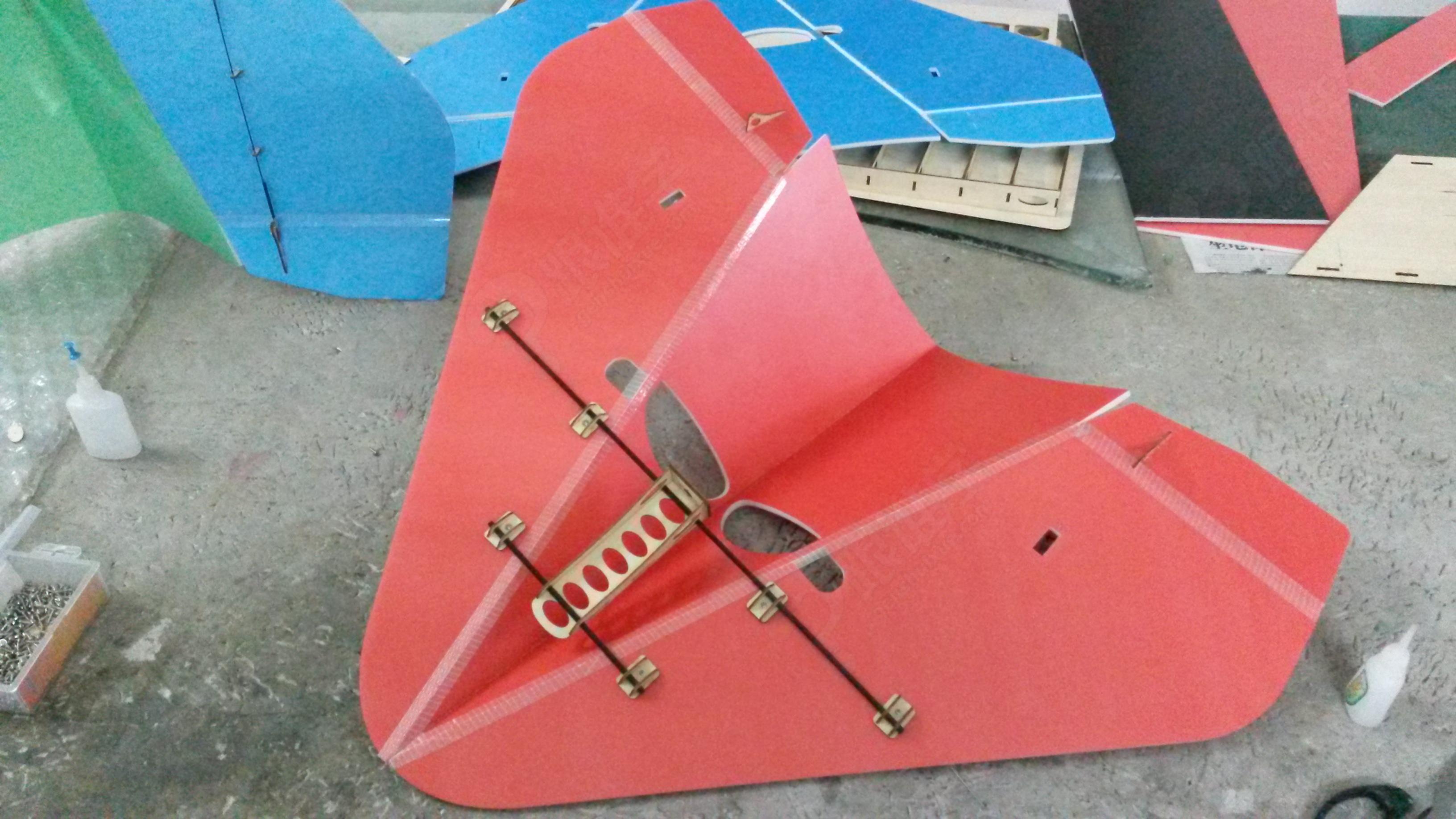 该款飞机模型是针对初学航模的学员认识简易航模飞机的安装制作,通过图片方式展示遥控三角翼模型飞机完整制作过程,针对航空模型飞机三大组成部件:即机身结构、控制系统、动力系统的安装技巧逐一指导说明,让学员可以参考学习并亲手制作。