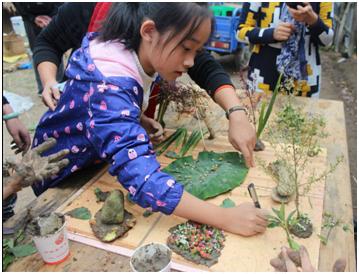协同互助,利用木板,树枝,树叶,石头,野果,泥巴,彩纸,橡皮泥等等,通过