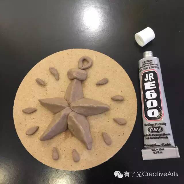 牙签若干 ● 万能胶水一支 step1:使用陶艺工具 捏塑制作出想要的