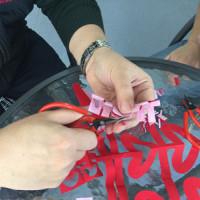 王航老师 教学生剪纸