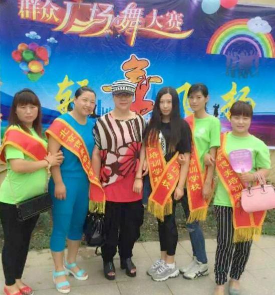 黑板報            偲美化妝班學生受邀給群眾廣場舞大賽化妝    李