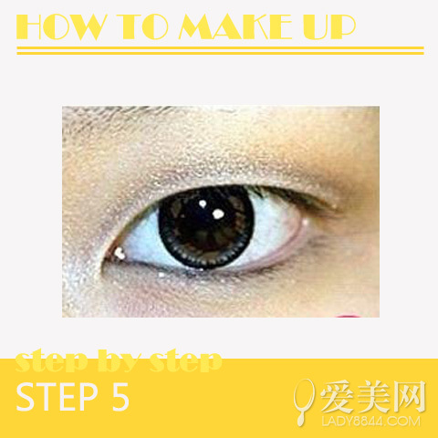 2蘸取少量的琥珀色眼影,把它涂抹在上眼睑稍微靠上的地方,然后进行适当的晕染。把它涂抹得靠上的位置是因为单眼皮眼睛眼妆容易被厚重的眼皮遮盖,因此需要把颜色调上,才能够看到色彩的变化,同时也减少眼部的浮肿感觉。
