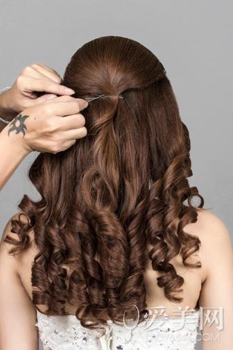 新娘发型唯美动人,其实自己也能在家diy出一款甜美浪漫的新娘发型哦